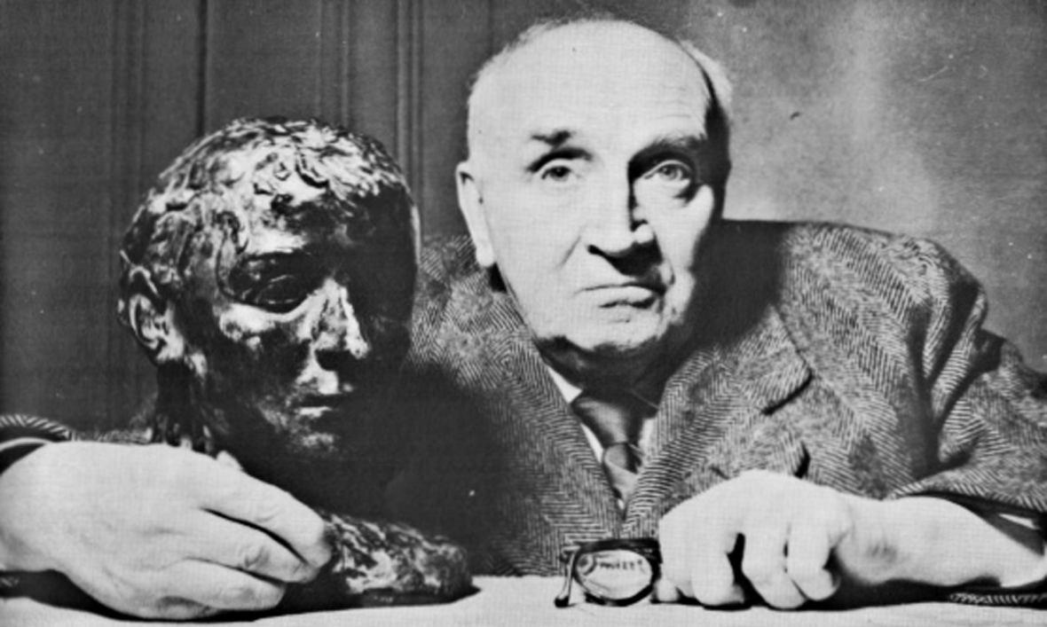 Ο Paul Claudel δίπλα στην προτομή του που φιλοτέχνησε η αδερφή του Camille