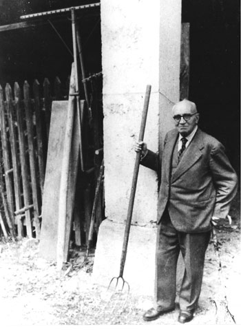 Paul Claudel devant la ferme   de son château dans les années 50