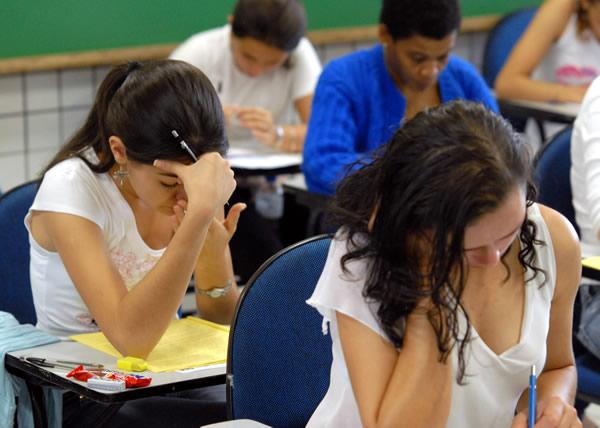 Jóvenes haciendo un examen