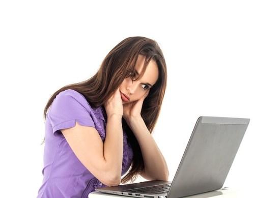 Chica en frente de un portatil