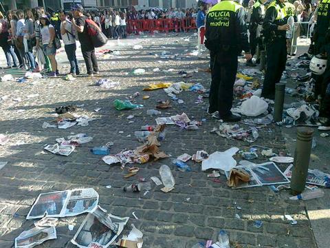 <i>Imposible vivir junto al Palacio de Deportes</i> basura
