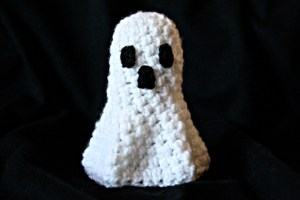 halloween ghost amigurumi crochet, crochet ghost, crochet ghost pattern, free crochet ghost pattern, crochet ghost tutorial, free crochet ghost tutorial, how to make crochet ghost, how to crochet a ghost, Halloween gift, Halloween crochet gift, images, pictures