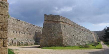 Un bastione nel mezzo del fossato della fortezza di rodi nel 1522.
