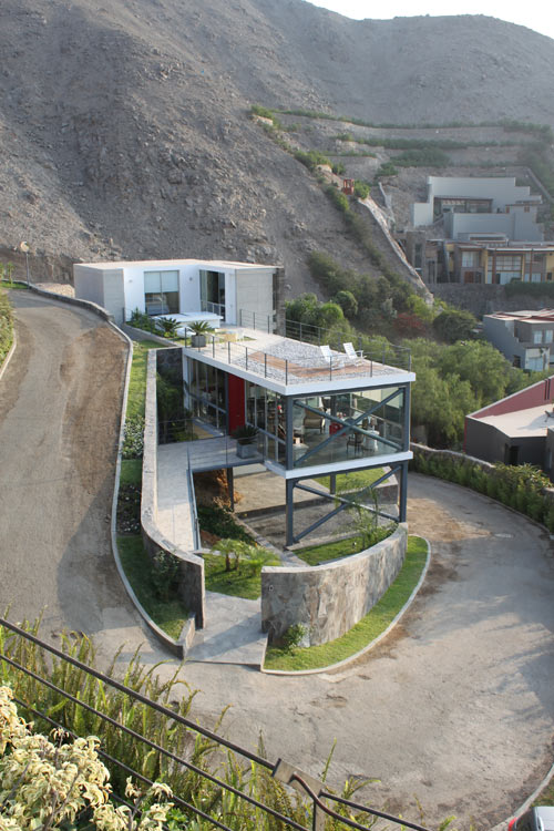House on a Hill with a Relaxing Rooftop Terrace: Casa Mirador by 2.8x arquitectos