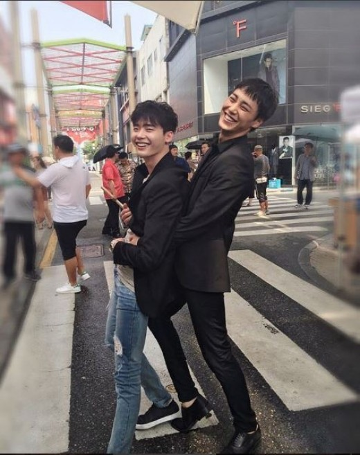 https://i2.wp.com/0.soompi.io/wp-content/uploads/2016/05/30234920/lee-jong-suk-lee-tae-hwan-w.jpg