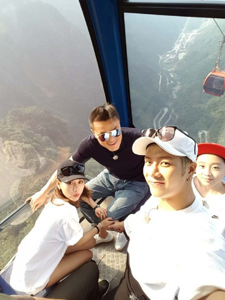 Fei, Jackson, And Park Jin Young Snap A Photo At China's National Park