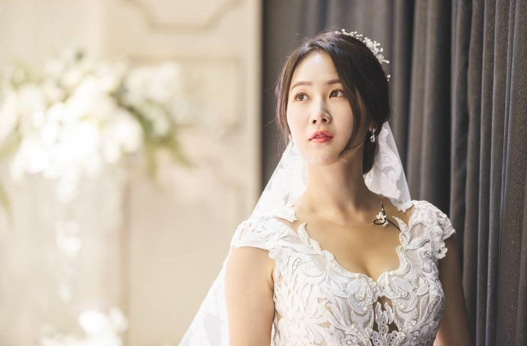 Soyou And EXIDs Hani Transform Into Gorgeous Brides For