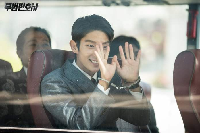 """- Lee Joon Gi31 - Lee Joon Gi Smiles In Handcuffs And Shows Confidence In The Courtroom In """"Lawless Lawyer""""  - Lee Joon Gi31 - Lee Joon Gi Smiles In Handcuffs And Shows Confidence In The Courtroom In """"Lawless Lawyer"""""""