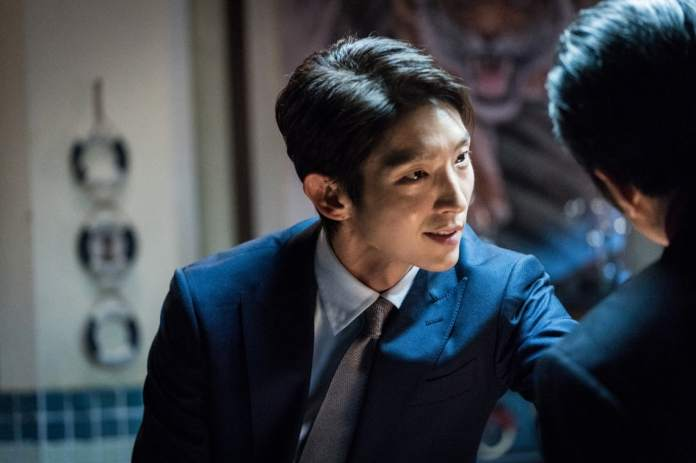 """- lee joon gi lawless lawyer1 - Lee Joon Gi Shows He's A Force To Be Reckoned With In Tense """"Lawless Lawyer"""" Standoff  - lee joon gi lawless lawyer1 - Lee Joon Gi Shows He's A Force To Be Reckoned With In Tense """"Lawless Lawyer"""" Standoff"""