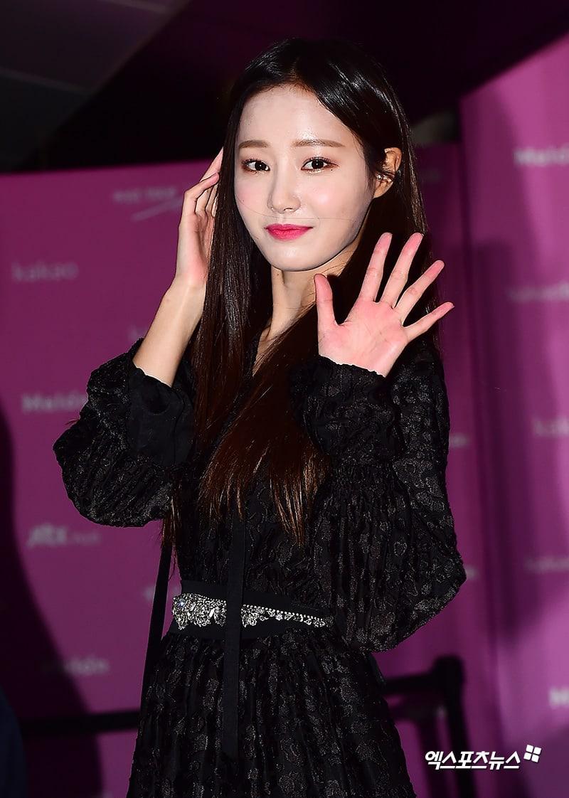 Estrellas iluminan la alfombra roja con sus looks en los 2018 Melon Music Awards 117