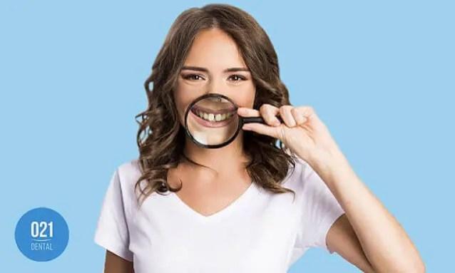 Mulher com diastema nos dentes superiores frontais