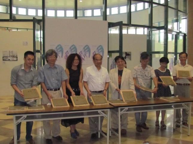 校長吳茂昆(左四)和與會師長以手印作為創意開幕紀念