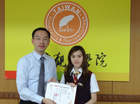 台觀校長頒獎給同學 (2)