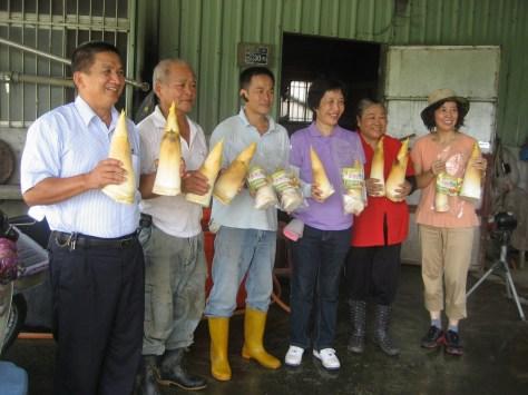 王分署長與魏總幹事行銷在地農產品