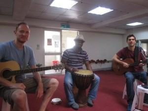 樂團The_journey_back為重障住民義演,(左至右)紐西蘭的寒山Tim,西非象牙海岸李安Bony,夏威夷的馬浩瀚John