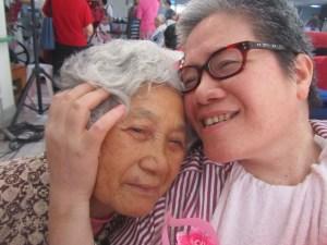 重障住民香妹姐與母親撒嬌2