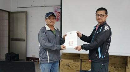 行動教室承辦人員林正木頒贈證書予族人