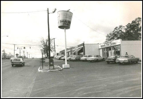 The Post Road near Maple Avenue, in 1976. The KFC was located opposite the Shell gas station (still there) and what is now Athletic Shoe Factory. (Photo/Dan Cronin)