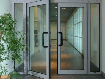 Pintu aluminium dipadukan dengan kaca patri minimalis
