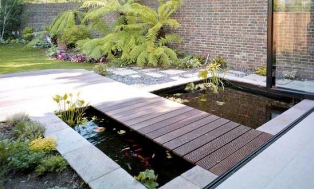 Desain kolam ikan persegi di depan rumah