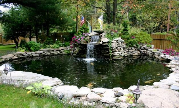 Kolam ikan minimalis berlekuk di area taman besar