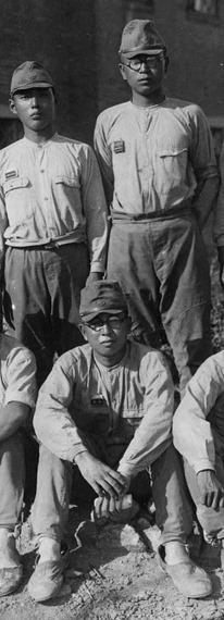 初年兵時代の橋本さん(上右)と司馬さん(下)。2人とも眼鏡。