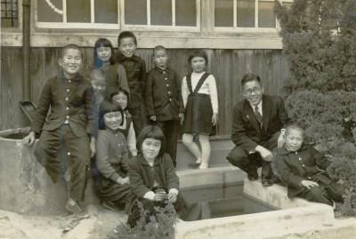 椋浦小学校のある日のひとこま。小学校3・4年生たち