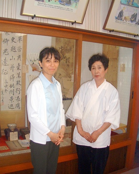 ほったゆみさん(左)と2代目石切風切宮宮司