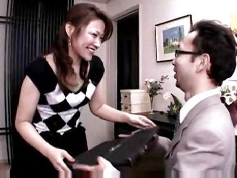 夫の知らない間に調教された奥様が配達員を裸でオナニーで誘惑して玄関先でそのままセックスしちゃう素敵な奥様動画