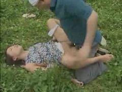 草むらに下着を脱いで横たわり男達に中出しされていく変態奥様のヘンリー動画