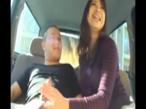 街中でナンパされた美巨乳若妻が男優のチンポを笑顔で手コキやフェラチオする0938動画
