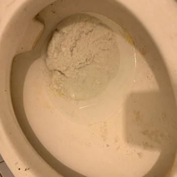 倒入太大量的豆腐砂 馬桶堵塞不通