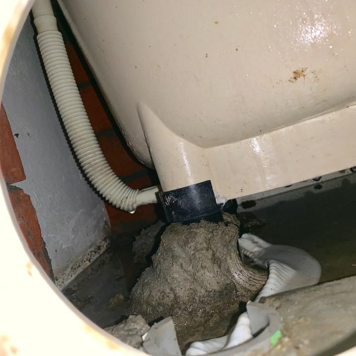 浴缸因為化學藥劑 導致軟管變型