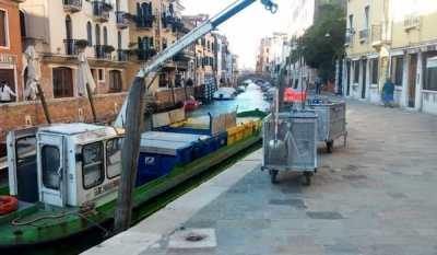 Motobarca per la raccolta rifiuti a Venezia