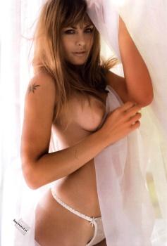 Amanda Rosa bella que se ve la tanga transparente mostrando senos