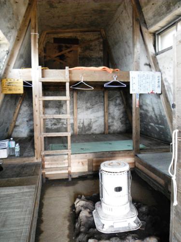 熊野岳避難小屋内部