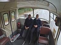 あっぶないwww走行中に凸凹を越えたバスの車内が大変なことにwww