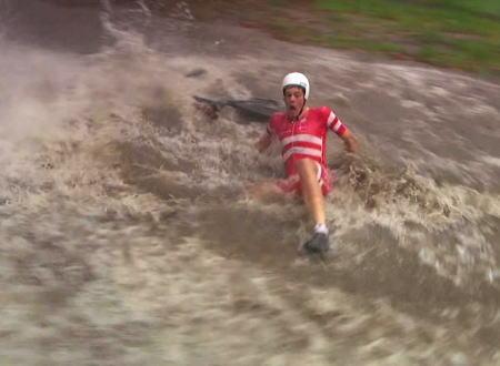 イギリスの自転車ロードレースが集中豪雨でひどいwww中止にしないの?www