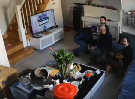 ニューヨークで中国人家族が狙われたFedExの配達員に偽装した押し込み強盗の映像。