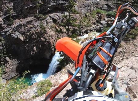 崖っぷちツーリングで崖から滝つぼに落下してしまったオフロードバイク乗りのヘルメットカム。