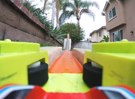 大人の子供遊び。庭に作った巨大プラコースでミニカーを走らせる動画が楽しい。