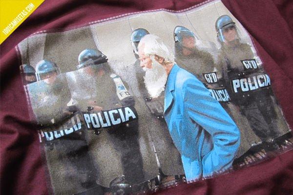 Camiseta ojoloco policia detalle