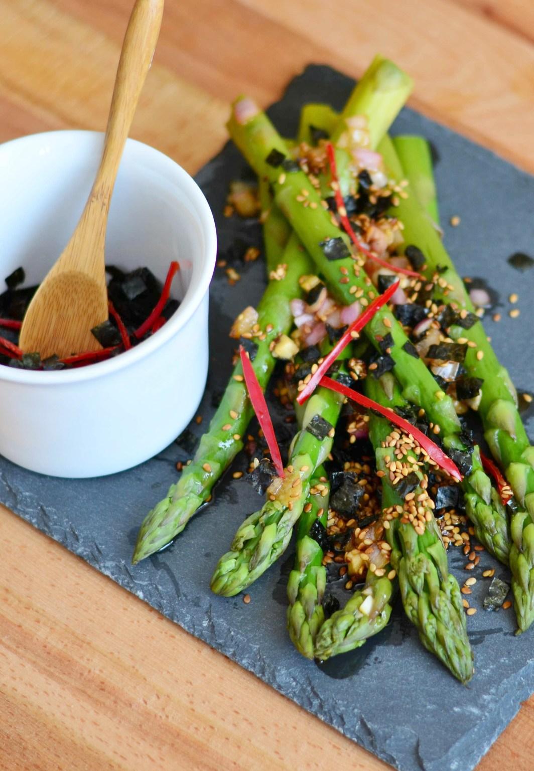 Asijský salát ze zeleného chřestu s řasou Nori, sezamem a chili