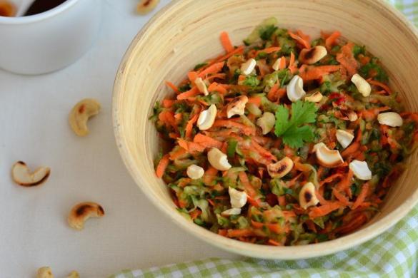 Pokud vás láká vyzkoušet něco lehkého, svěžího na letní večery, tak zkuste tento lehce pikantní thajský okurkový salát s mrkví, kešu oříšky a koriandrem.