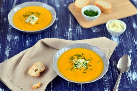 Má krémová mrkvová polévka je vlastně takový mrkvový krém vylepšený chutným tvarohovým sýrem Gervais a zahřeje nejen teplem, ale i zářící nádhernou žluto-oranžovou barvou.