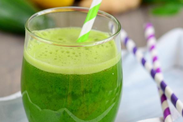 Zelený džus z okurky, cukety, špenátu, papriky, celeru, jablek, zázvoru a citronu vám krásně pročistí organismus po zimních svátcích a dodá potřebné živiny a antioxidanty, navíc je moc dobrý!