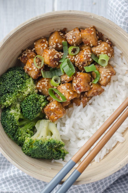 Díky tomuto asijskému způsobu přípravy je medovo-sezamové tofu krásně křupavé na povrchu a jemné uvnitř. Jde o dokonalou kombinaci sladké a pikantní chuti.