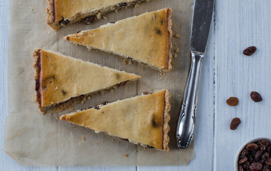 Italský ricottový koláč je koláč z křehkého těsta plněný směsí ricotty, citronové kůry, skořice a rozinek namočených v rumu. Chuťově připomíná náš tvarohový koláč, až na tu skořici.