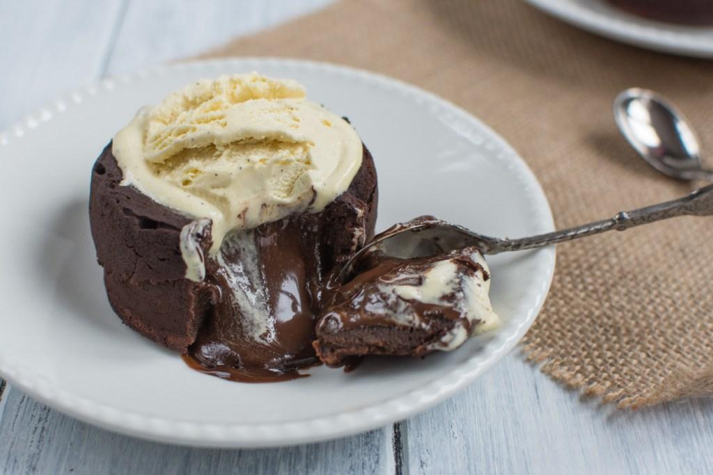 Čokoládový fondant s tekutým vnitřkem je malý čokoládový dortík s minimem mouky, ze kterého po zaboření lžičky vyteče teplá čokoláda!