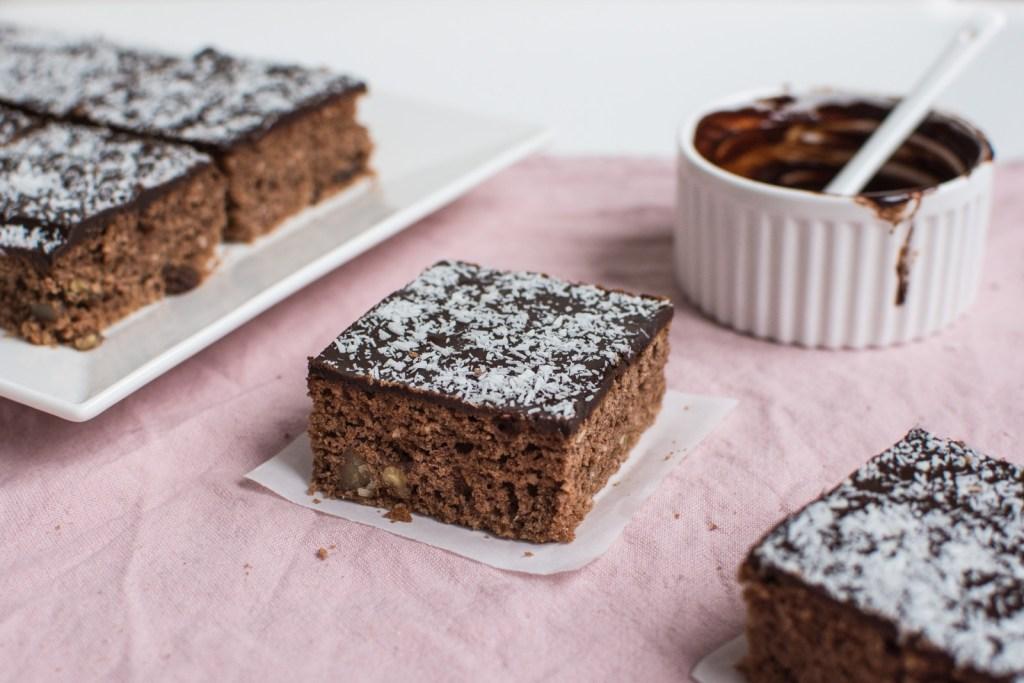 Recept na poctivý a mňam kokosový perník s povidly politý belgickou čokoládou, který peču v Belgii již pár let, a vždy sklidí úspěch.